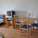 Haus Mrakovcic Punat Krk Apartment Zimmer Sobe Room. Das Haus liegt am Ortseingang von Punat. Wir bieten ihnen: 2 Studios mit Terrasse und 4 Doppelzimmer